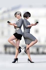 白い建物の前でショートヘアのスーツの女性社員が2人で背中合わせにシンメトリーにポーズをする