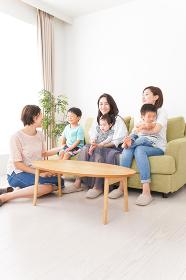室内で楽しく遊ぶ子供とお母さん