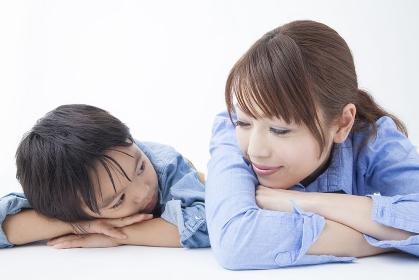 寝そべり見つめ合う母子