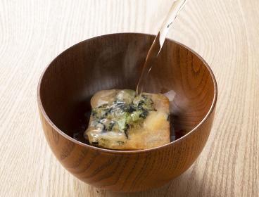 フリーズドライの味噌汁にお湯を注ぐ