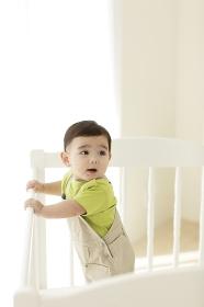 ベビーベッドの中にいる赤ちゃん