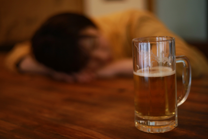 酒を飲み眠る女性