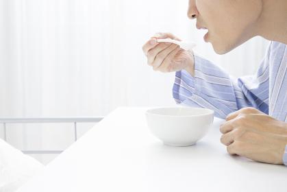 食事をする男性患者