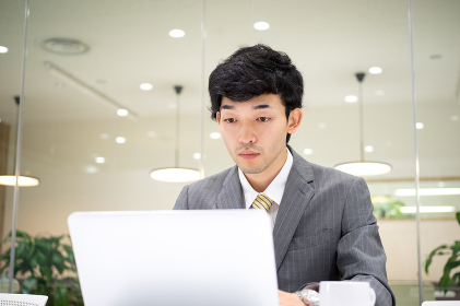 ビジネスイメージ(男性・オフィス・真剣)