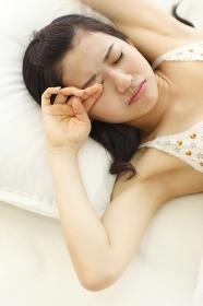 ベッドであくびをする女の子
