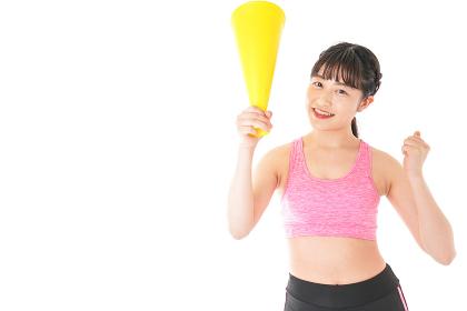 スポーツウェアで応援する若い女性