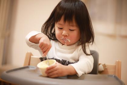 カップアイスを食べる女の子