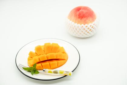 フラワーカットしたアップルマンゴーと桃