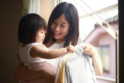 洗濯物を干す親子