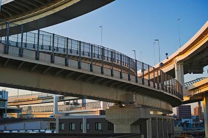 夕方の首都高速神奈川1号横羽線の生麦ジャンクション