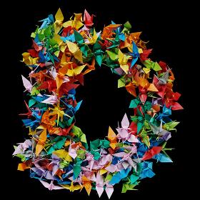 折り紙の鶴を集めて形作ったアルファベットのD