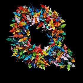 折り紙の鶴を集めて形作ったアルファベットのQ