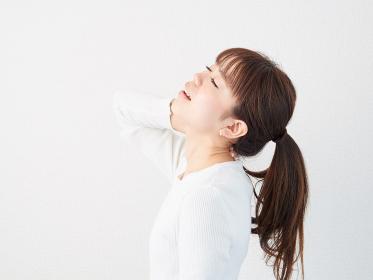 首が痛いアジア人女性