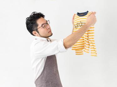 洗濯物を干す男性のイメージ