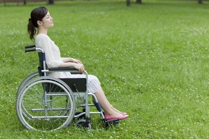 車椅子の20代女性