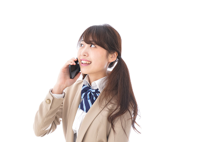 電話をする学生