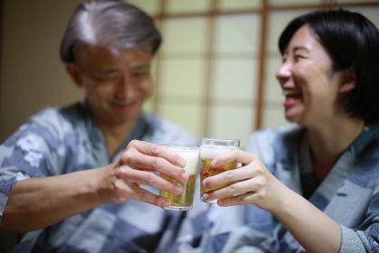 乾杯する親子