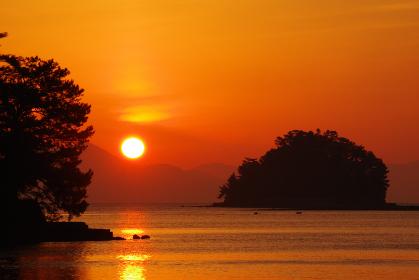 島と島の間から昇る朝日