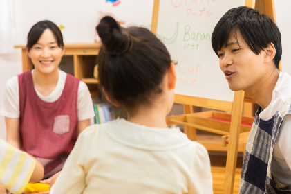 英語の勉強をする園児
