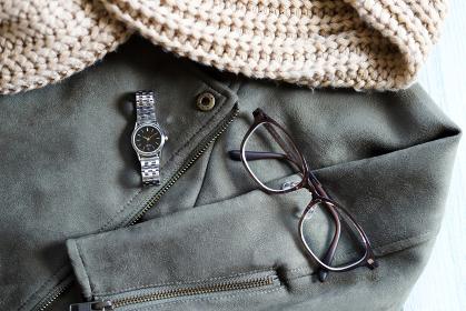 ライダースジャケットとスヌード、メガネと時計 冬のコーデ ファッション