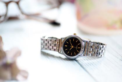 シルバーの腕時計 眼鏡とガラスのマグカップ ファッション小物