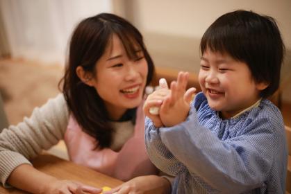 ねんどで遊ぶ男の子と保育士イメージ