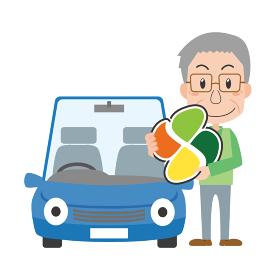 車の前で高齢者マークを持つシニア男性
