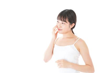肌のケアをする若い女性