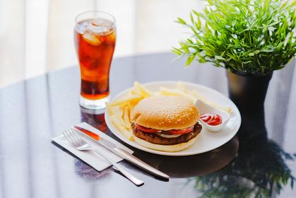 ダイエットの敵:ハンバーガーとポテトとダイエットコーラ【ファーストフードのイメージ】