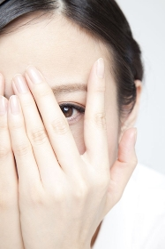 指の間から覗く女性