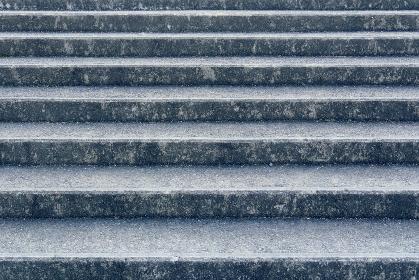 コンクリート製の広い階段