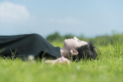 草原でリラックスする女性