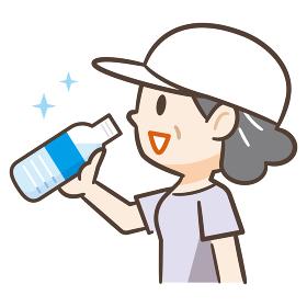 水分補給をする高齢者女性