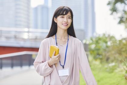 笑顔で散歩する女性