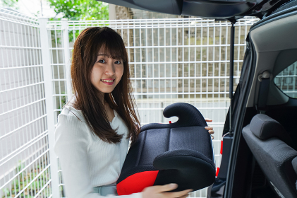 チャイルドシートを持つ女性