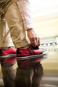 ボウリングシューズを履く男性の足元