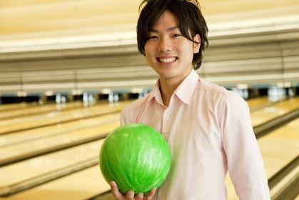 ボウリングの球を持つ男性