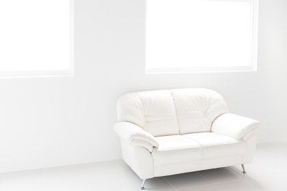 白い部屋と白いソファ