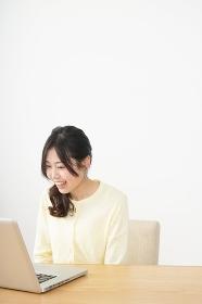 sns・テレビ電話をする若い女性