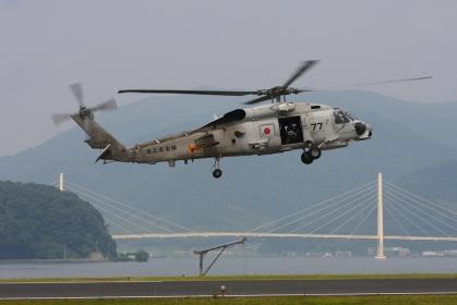 SH-60Jヘリコプターと舞鶴クレインブリッジ(2010海自舞鶴航空基地チビッコヤング大会イベント)