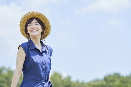 青空と日本人女性
