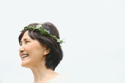 花冠をつけている日本人のシニア女性