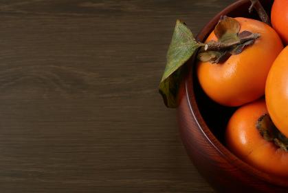 木製の深皿に盛られた柿 4