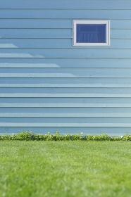 爽やかな壁と芝生の合成向け背景素材