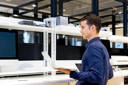 実験室でパソコンで仕事をする男性