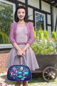 乳母車風のプランターに植物が植えてあるのを背景にボブへアの女の子が鞄を持って立っている
