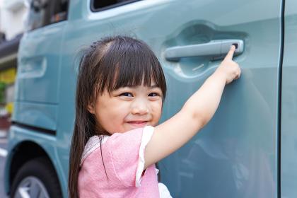 車に乗る子供