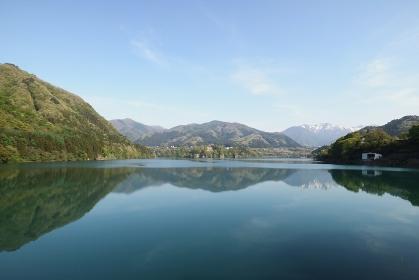 新緑と赤谷湖 (群馬県)