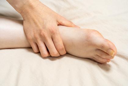 浮腫んだ女性の足
