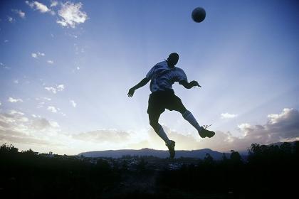 サッカーをする男性